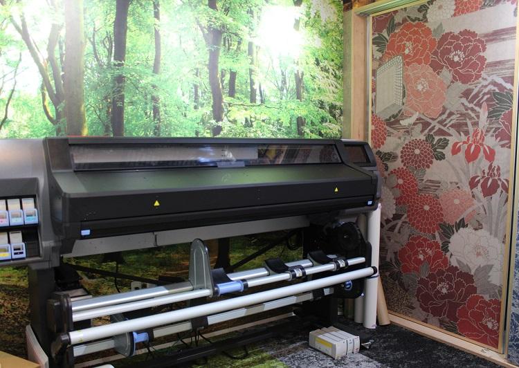 店内の大型印刷機