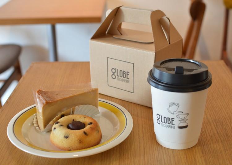 テイクアウトのコーヒーとケーキ