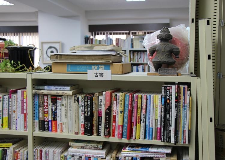 八幡書店 古本棚