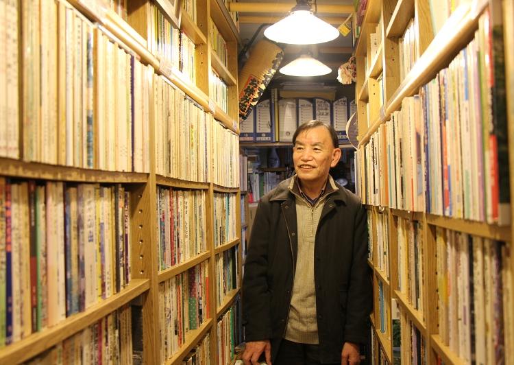 街道文庫店内で田中さん