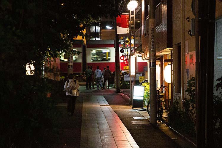 旧東海道から北品川駅を見る