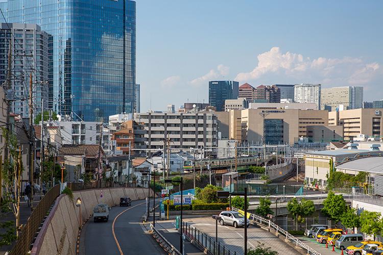 鉄道100景 区役所通りから見る湘南新宿ライン